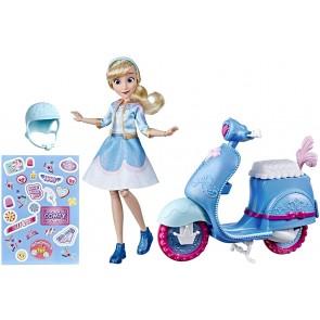 Princess Comfy Squad (Bambola Fashion Cenerentola con Scooter, Casco e Adesivi per Personalizzare, Ispirata al Film Disney Ralph spacca Internet)